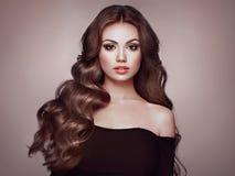 Brunettefrau mit dem gelockten Haar lizenzfreies stockfoto