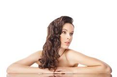 Brunettefrau mit den langen wellenförmigen Haaren auf Weiß lizenzfreie stockbilder