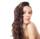 Brunettefrau mit den langen wellenförmigen Haaren auf Weiß lizenzfreies stockfoto