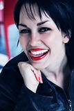 Brunettefrau mit den roten Lippen Zunge beißend Stockfoto