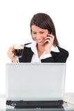 Brunettefrau mit einem Computer Stockbild