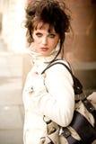 Brunettefrau mit einem Teppichbeutel Lizenzfreie Stockfotos