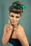 Brunettefrau mit grünem Schmuck und accssesoires stockfotos