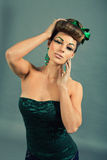 Brunettefrau mit grünem Schmuck und accssesoires stockbild