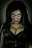 Brunettefrau mit gruseligem Blick Lizenzfreies Stockbild