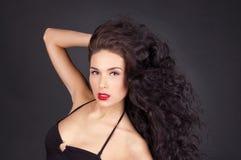 Brunettefrau mit ihrem Haar in der Bewegung Lizenzfreies Stockfoto