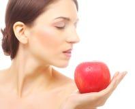 Brunettefrau mit rotem Apfel Stockfotografie