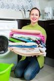 Brunettefrau nahe Waschmaschine Lizenzfreies Stockfoto