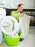 Brunettefrau nahe Waschmaschine Stockfotografie