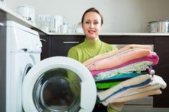 Brunettefrau nahe Waschmaschine Lizenzfreie Stockfotografie