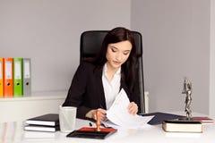 Brunettefrau Notar-Public-Lesung und unterzeichnendes Testament Lizenzfreie Stockfotografie