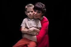 Brunettefrau und blonder kleiner Junge Lizenzfreies Stockfoto