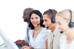 Brunettefrau und ihr Team in einem Kundenkontaktcenter Lizenzfreies Stockfoto