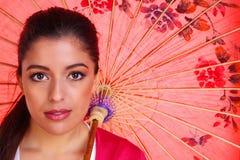 Brunettefrau woth Chineseregenschirm Lizenzfreies Stockfoto