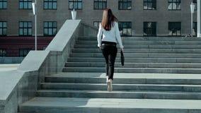 BrunetteGeschäftsfrau klettert oben die Treppe stock video footage