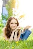Brunettejugendlich-Mädchenlächeln auf Wiese stockbild