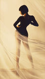 Brunettekörper hinter Stoff lizenzfreie stockfotos