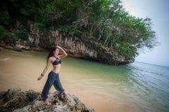 Brunettemädchen auf dem Bali-Strand Stockfotografie