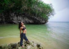 Brunettemädchen auf dem Bali-Strand Stockfotos