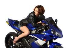 Brunettemädchen auf Motorrad-Lederjacke Stockfoto