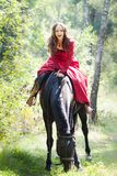 Brunettemädchen auf Pferd Stockfotos