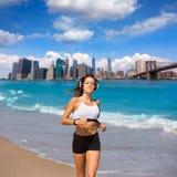 Brunettemädchen, das in New- Yorkbrooklyn-brücke läuft Lizenzfreie Stockfotografie