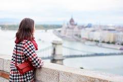 Brunettemädchen genießt Ansicht des ungarischen Parlaments in Budapest lizenzfreies stockbild