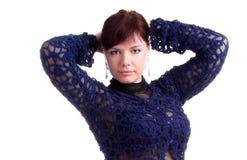 Brunettemädchen im Spitzekleid setzt Hände hinter Kopf Lizenzfreie Stockfotos