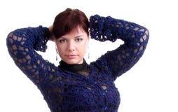 Brunettemädchen im Spitzekleid setzt Hände hinter Kopf Stockbilder