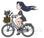 Brunettemädchen mit einer schwarzen Katze auf Fahrrad. Stockfotos