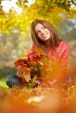 Brunettemädchen und goldene Blätter Lizenzfreie Stockbilder
