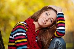 Brunettemädchen und goldene Blätter Stockfotos