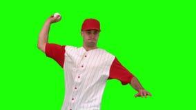 Brunettemann, der einen Baseball auf grünem Hintergrund wirft stock footage