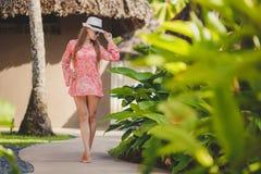 Brunettemodellhaltungen in einem tropischen Erholungsort Lizenzfreie Stockbilder