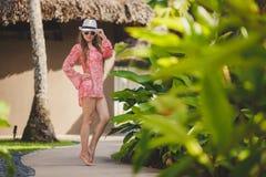 Brunettemodellhaltungen in einem tropischen Erholungsort Stockfotos