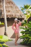 Brunettemodellhaltungen in einem tropischen Erholungsort Lizenzfreies Stockfoto