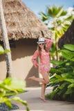 Brunettemodellhaltungen in einem tropischen Erholungsort Stockfotografie