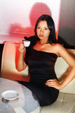 Brunetten dricker kaffe Arkivbilder