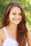 brunetten eyes grönt le som är toothy Arkivfoto
