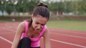 Brunetten får snöra åt gymnastikskor arkivfilmer