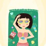 Brunetten guppar frisyrsommarflickan solbadar på stranden royaltyfri illustrationer