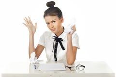 brunetten skrynklar att svära för skrivbordkontorspap Royaltyfri Bild