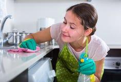 Brunettereinigung in der inländischen Küche Stockfoto