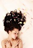 Brunettes mit dem langen dunklen Haar Stockfotos