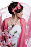 Brunetteschönheit mit Blumen Lizenzfreie Stockfotografie