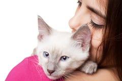Brunetteschönheit mit nettem Kätzchen Lizenzfreies Stockfoto