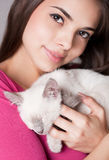 Brunetteschönheit mit nettem Kätzchen Stockfotos