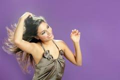 Brunettetanzen am Studio auf purpurrotem Hintergrund stockfotografie
