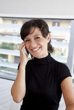 Brunettetelefon Lizenzfreie Stockfotos