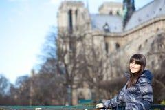 Brunettetourist in Paris nahe Notre Dame de Par Lizenzfreies Stockbild